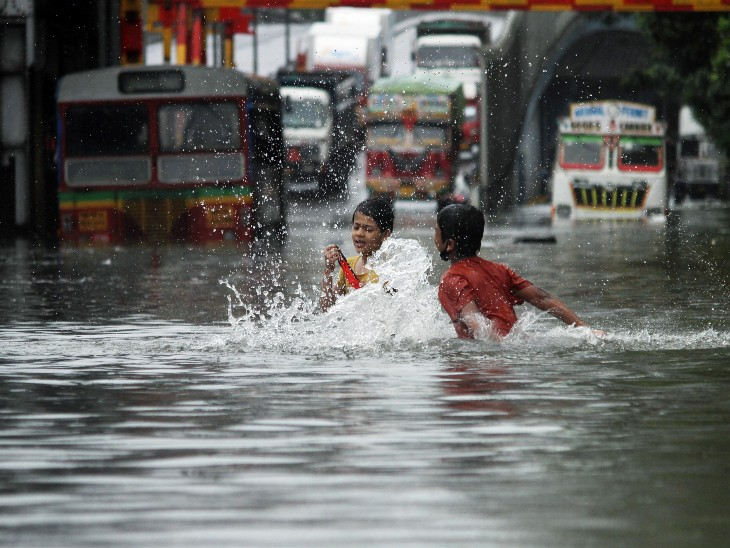 Photo of મુંબઈમાં ભારે પવન સાથે વરસાદ પડતા બસ,લોકલ ટ્રેન અને અનેક વાહનો ફસાયા:NDRFની ટીમ તૈનાત