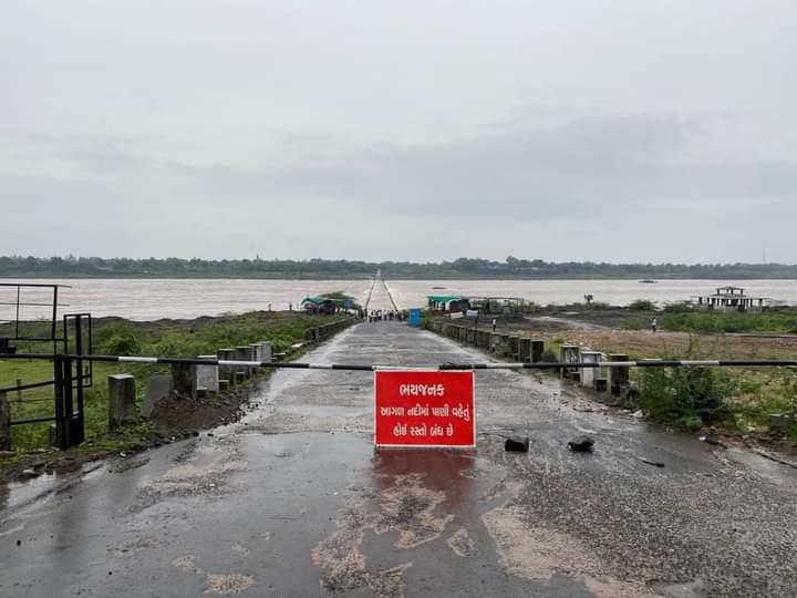 Photo of ગળતેશ્વર મહીસાગર નદીમાં કડાણા ડેમ માંથી 4 લાખ ક્યુસેક છોડાતા પુલ ઉપર પાણી નો ધસમસતો પ્રવાહ રસ્તો બંધ: જુઓ વિડિઓ